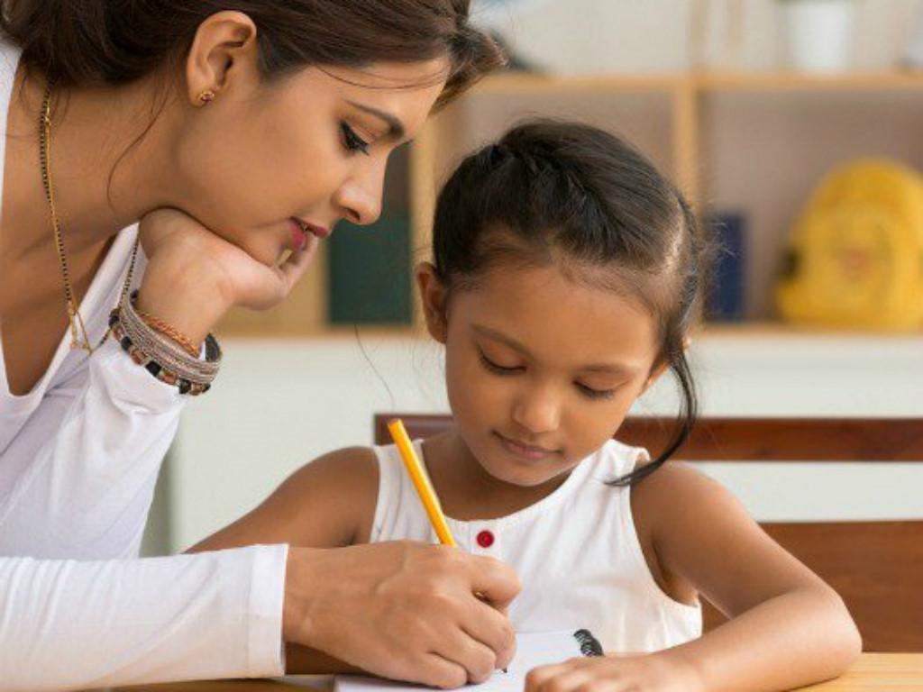 Khi dạy con học, cha mẹ nên giữ bầu không khí thoải mái